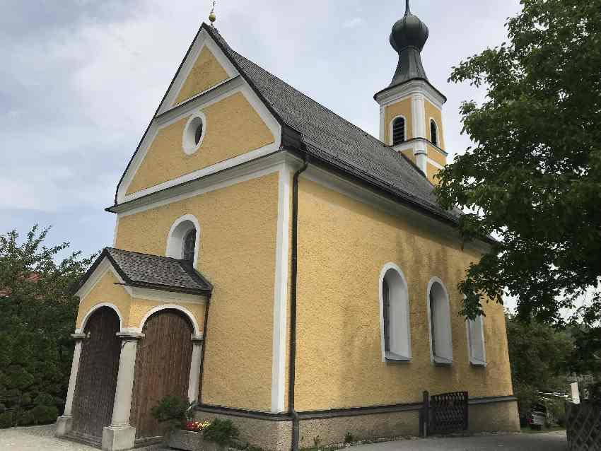 Auf Höhe der Kirche zweigt von der Rosenheimer Straße der Weg zum Wasserfall ab