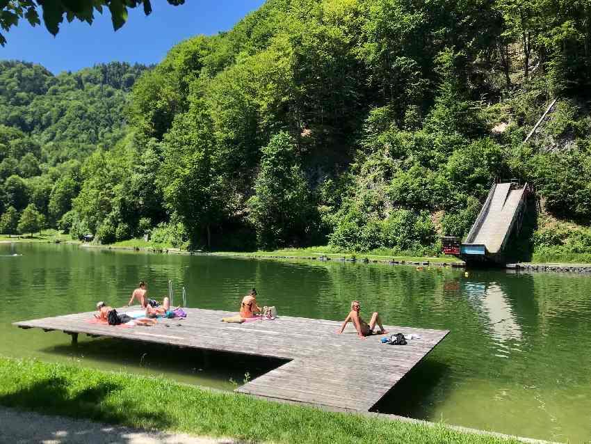Oberaudorf Sehenswürdigkeiten - Luegsteinsee baden, hinten die Wassersprungschanze