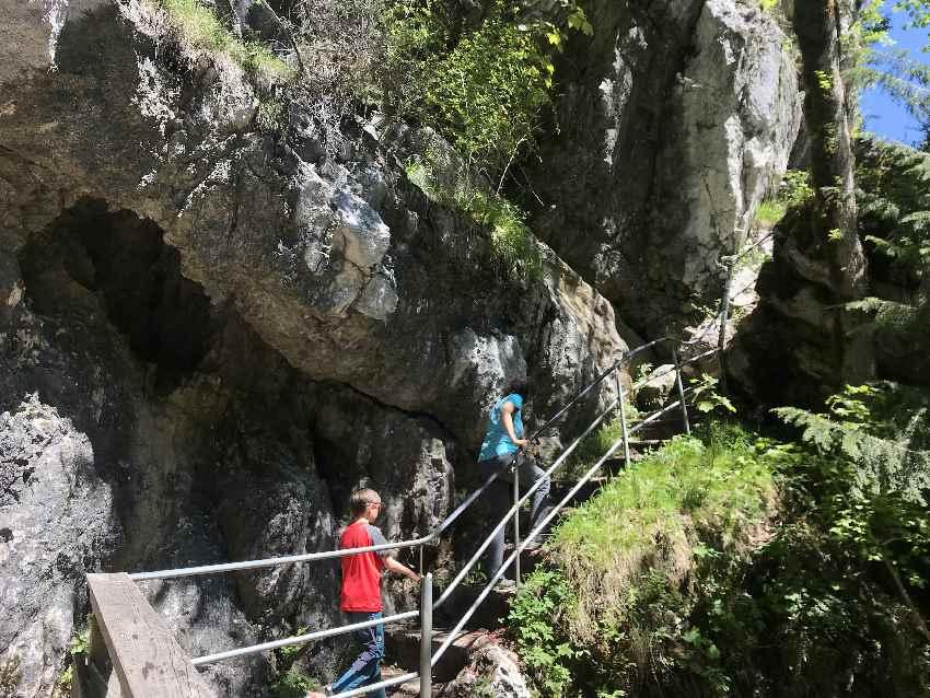Tatzelwurm Wasserfälle wandern - der schmale Steig beim unteren Wasserfall