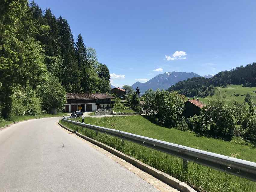 Die Tatzelwurmstrasse - hinten im Bild das Kaisergebirge