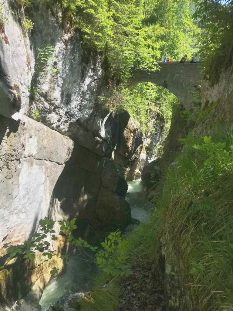 Erstes Ziel bei der Tatzlwurm Wasserfälle Wanderung - die Steinbrücke