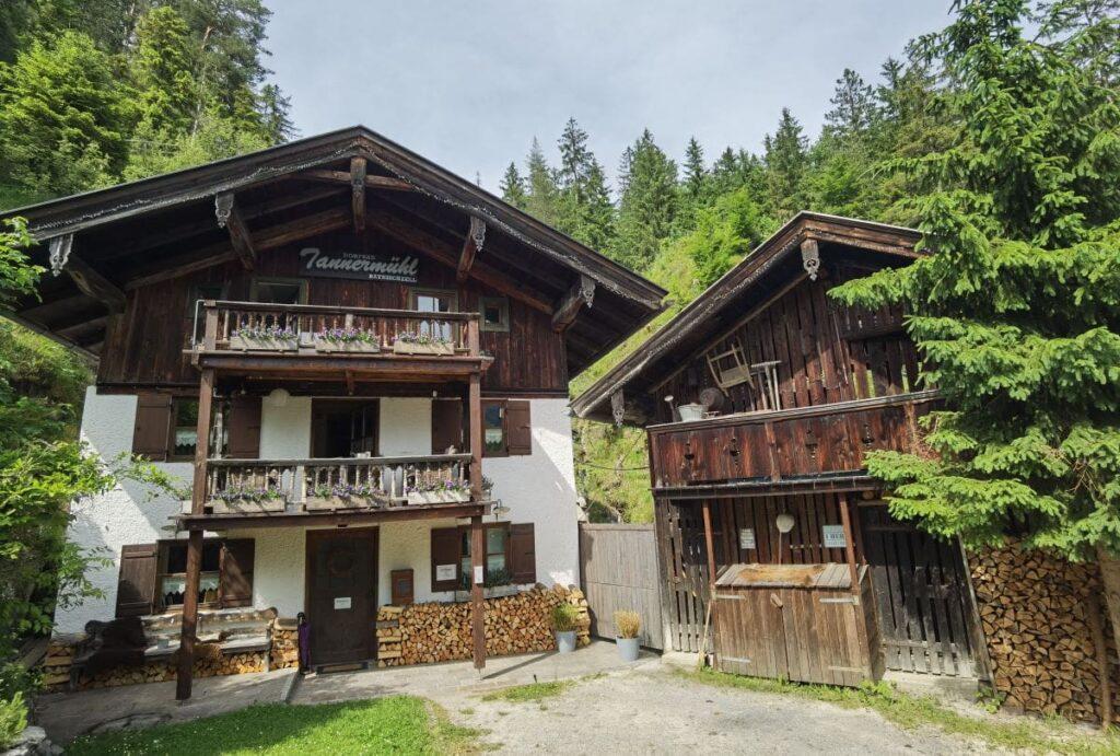 In diesem Haus am Wasserfall Bayrischzell ist das Dorfbad Tannermühl untergebracht