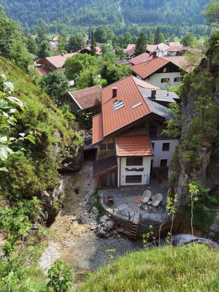 Blick von der Brücke beim Wasserfall Bayrischzell auf das Dorfbad Tannermühl